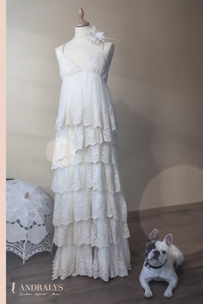 Robe de mariée bohème en matière naturelle et dentelle rétro.