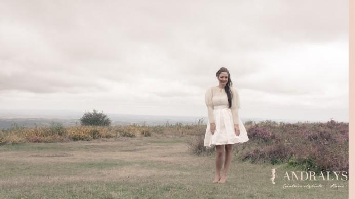 Robe de mariée courte babydoll et son joli accessoire d'hiver