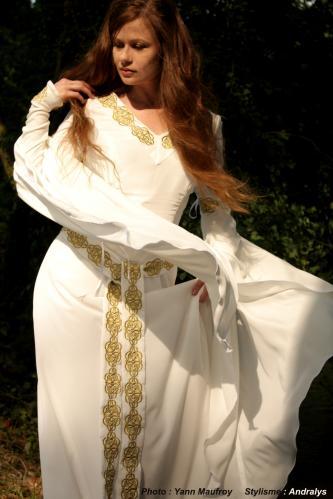 Robe de mariée médiévale celtique ivoire et or