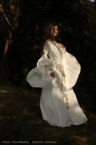 Robe de mariée médiévale celtique ivoire rebrodée or