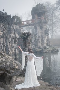 Robe de mariée elfique Dame Blanche Mary-Gabrielle en dentelle. Son dos est travaillé à la main. A retrouver en Gironde proche de Bordeaux.