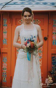 Robe de mariée bohème - joli bouquet