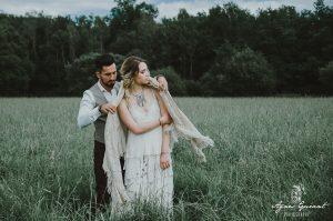 Une robe de mariée bohème - champêtre en en coton et broderies de coton sur tulle