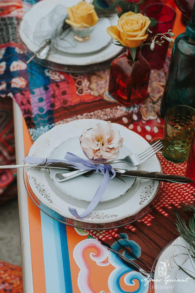 mariage-boho-yourte-gironde-decoration-assiettes