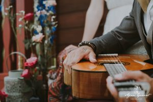inspiration-mariage-boheme-roulotte-guitare