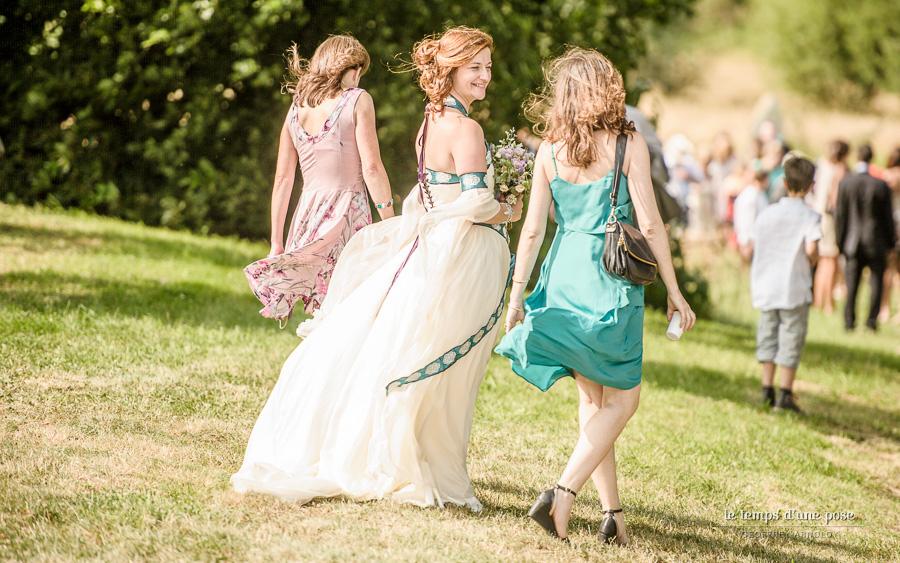 Robe de mariée celtique en soie ivoire et soie bleu électrique brodée de motifs celtes.
