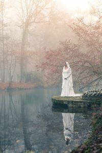 robe de mariée médiévale en dentelle Dame Blanche Mary-Gabrielle à Bordeaux