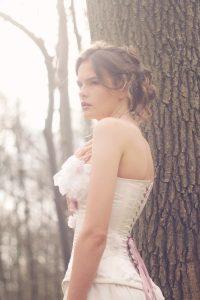 Robe de mariée corsetée en soie, détail côté