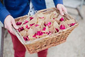 Inspiration-mariage-boho-chic-petales-sortie-mariees