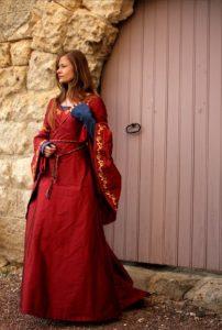 mariee-medievale-rouge-soie-brodee