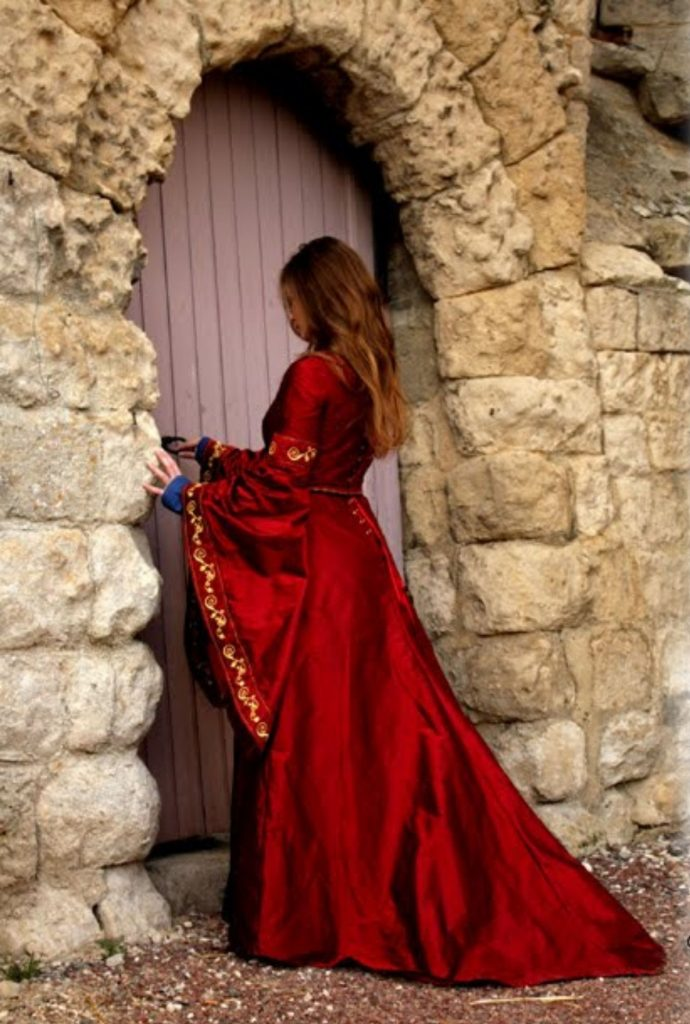 robe-mariee-medievale-dame-rouge